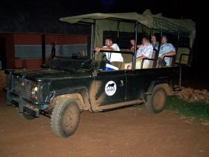 Land Rover Defender im Hlane NP