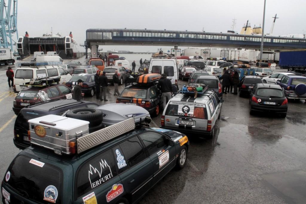 Dresden Dakar Banjul Algeciras, Am Fährhafen Algeciras treffen erstmals alle Fahrzeuge zusammen, natürlich im Regen