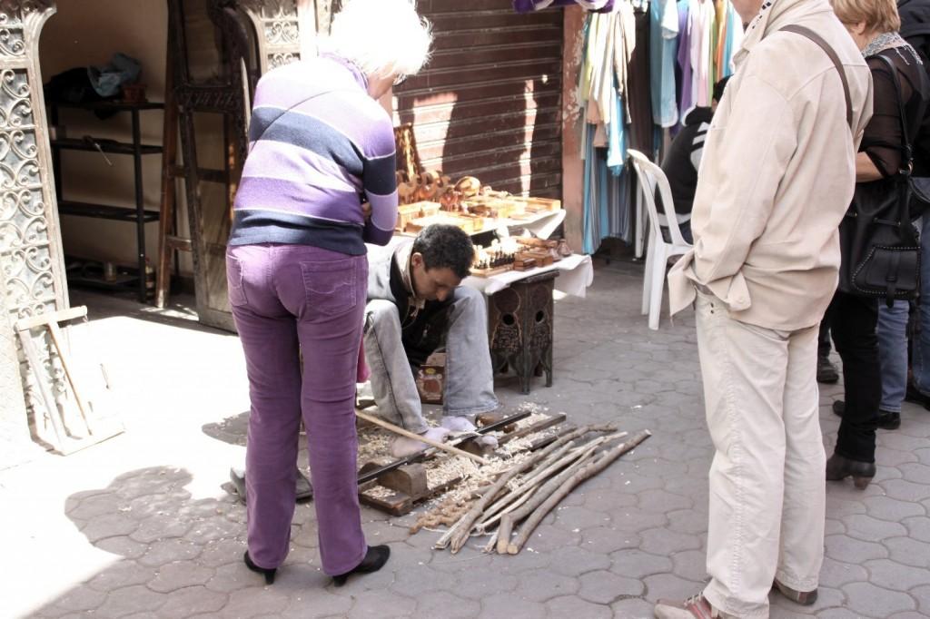 Drechseln von Schachfiguren mit einfachsten Mitteln im Souk von Marrakesch