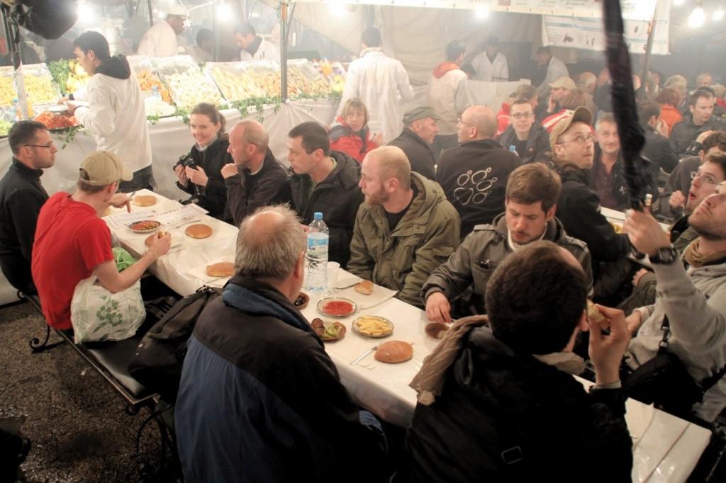 Am Abend verwandelt sich der Djema el Fna in eine einzige Fressmeile. Die Rallyeteilnehmer treffen sich 19:00 Uhr am Stand 21, oder war es 21:00 Uhr am Stand 19?