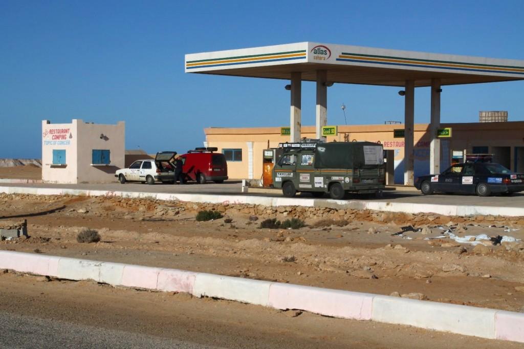 Die vorletzte Tankstelle in Marokko / Westsahara, ganz unten in der Nähe des Wendekreises des Krebses Dresden Dakar Banjul Dakhla