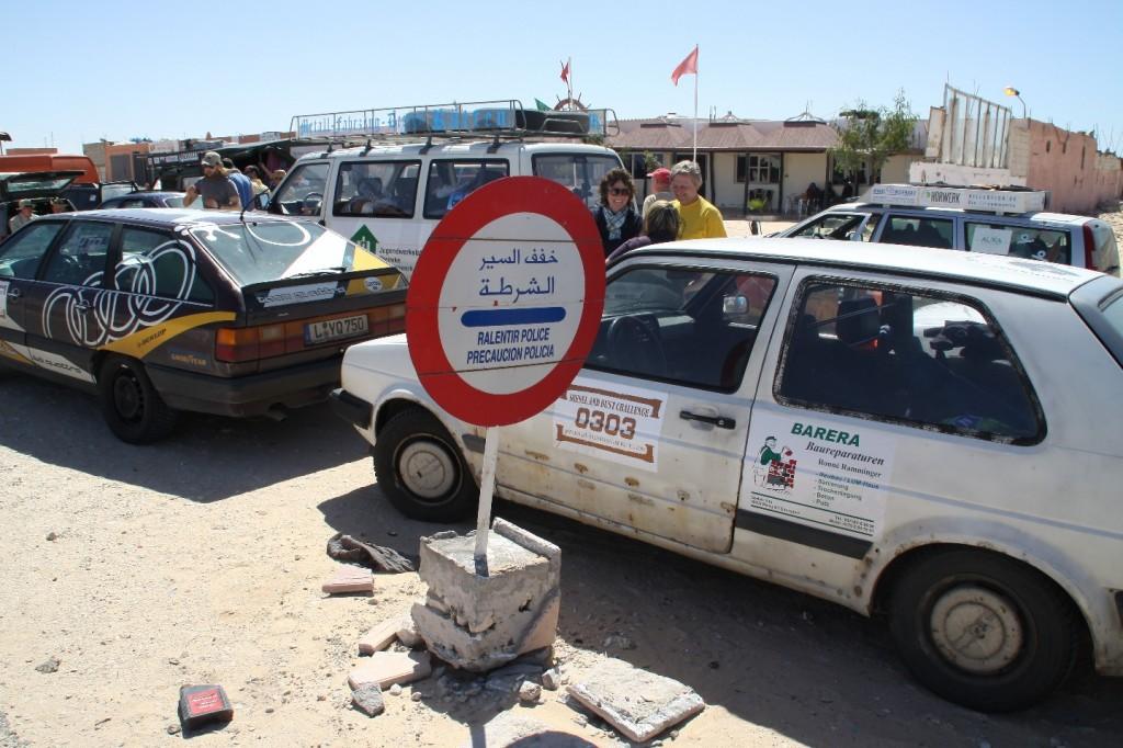 Warten auf die Abfertigung bei Ausreise von Marokko nach Mauretanien