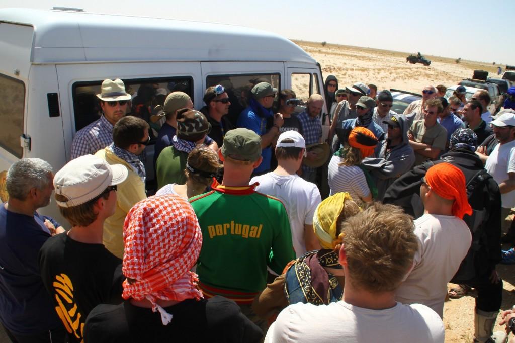 Extrabriefing für die Weiterfahrt auf den unbefestigten Pisten durch die Sahara