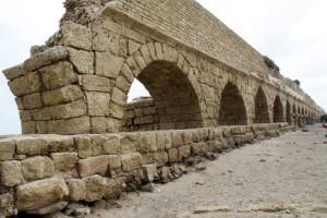 Das Aquädukt in Ceasarea von vorn