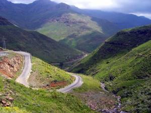 Serpentinen in den Bergen Lesothos