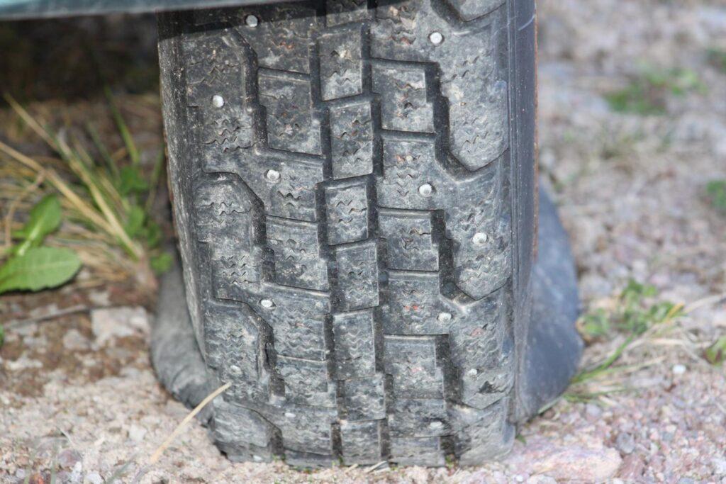 Reifen in Schweden, mit Spikes aber ohne Luft